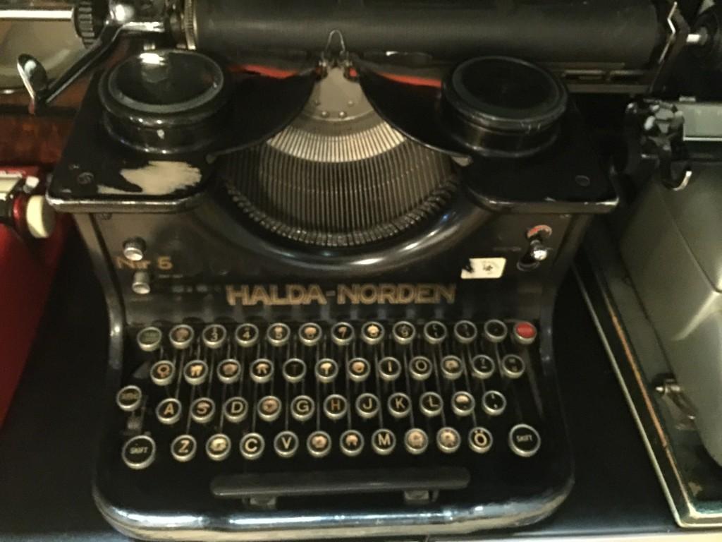 Det finns två kategorier av människor. Dels de som har skrivit på skrivmaskin, dels de som ännu inte har gjort det. Vissa väljer att låta skrivmaskinen pryda rätt miljö istället för datorn.