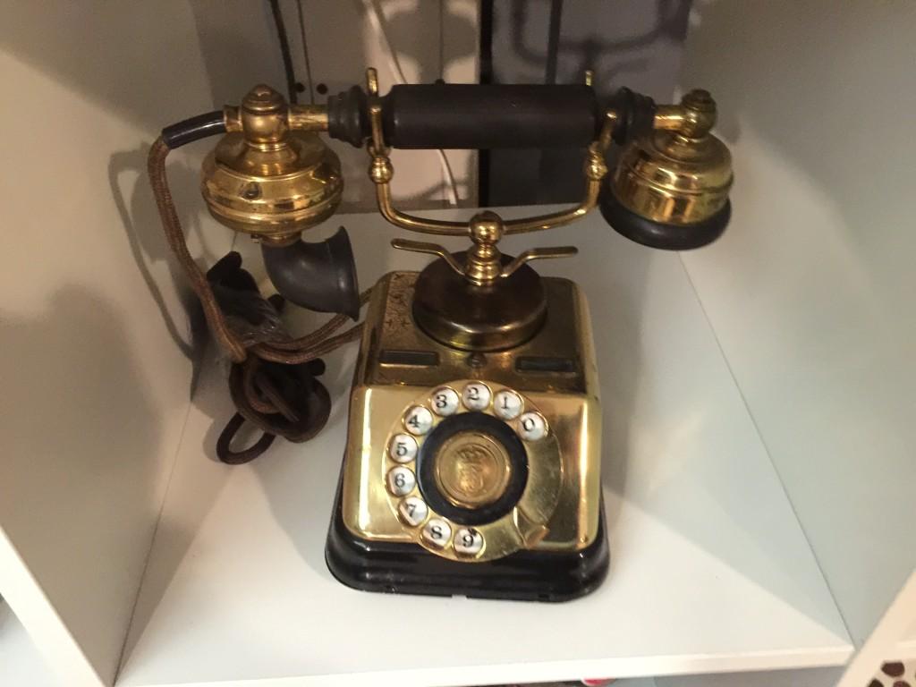 När de fasta hemtelefonabonnemangen sägs upp till förmån för mobiltelefonerna finns ett dekorativt utrymme för äldre telefoner med äkta patina. Att de inte fungerar i det moderna telefonnätet spelar mindre roll, man pratar ändå i mobilen.
